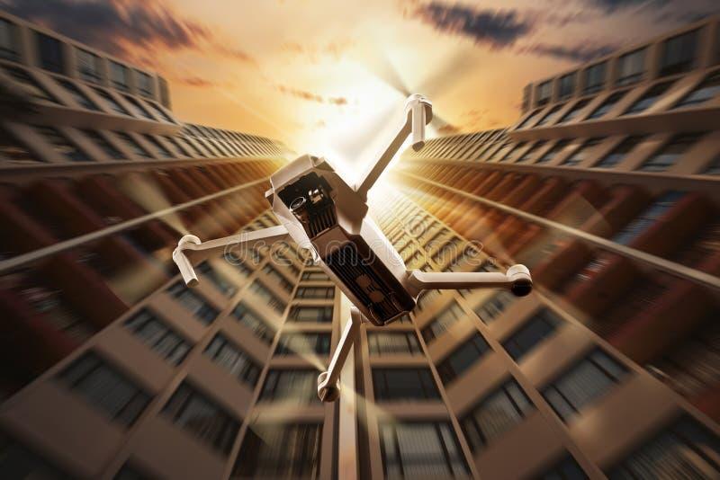 Zangão branco com voo da câmera à parte superior da construção moderna imagens de stock royalty free