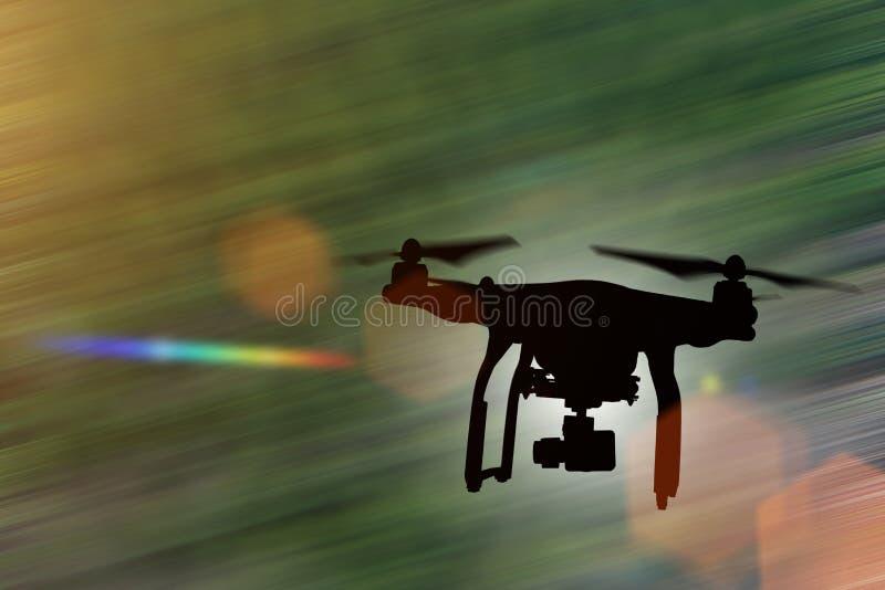 Zangão com voo da câmera 4K imagens de stock