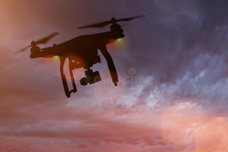 Zangão com voo da câmera 4K fotos de stock