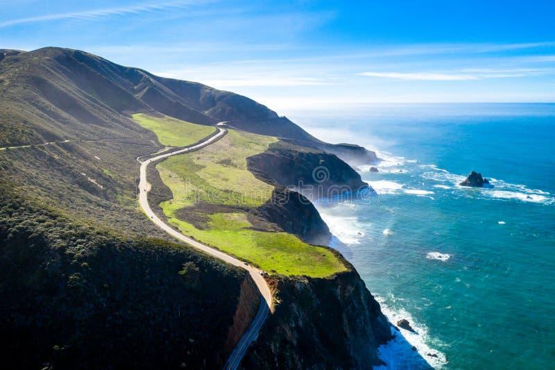 Zangão da vista aérea disparado da névoa Sun do oceano das montanhas do Big Sur de Califórnia EUA da estrada da Costa do Pacífico fotografia de stock royalty free
