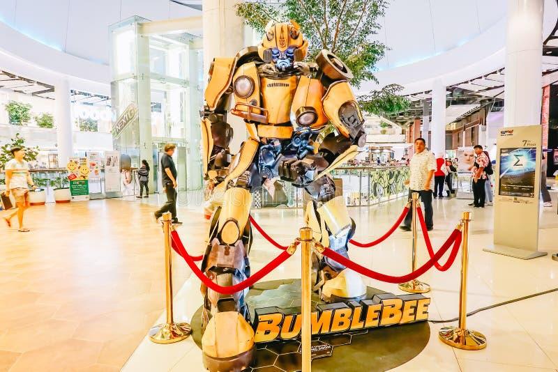 Zangão de Autobot dos transformadores que promove o filme do filme no teatro fotografia de stock