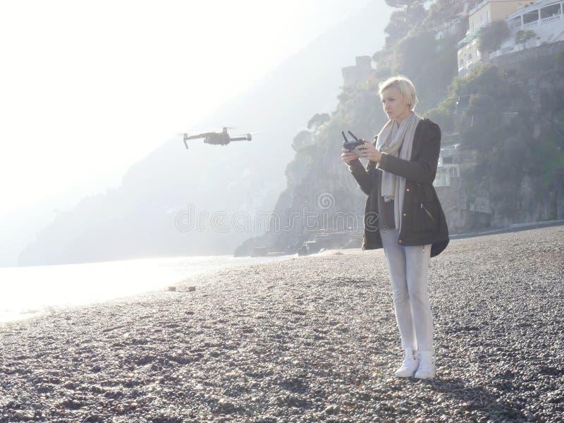 Zangão do voo da moça sobre a costa italiana imagens de stock