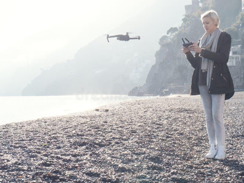 Zangão do voo da moça sobre a costa italiana imagem de stock