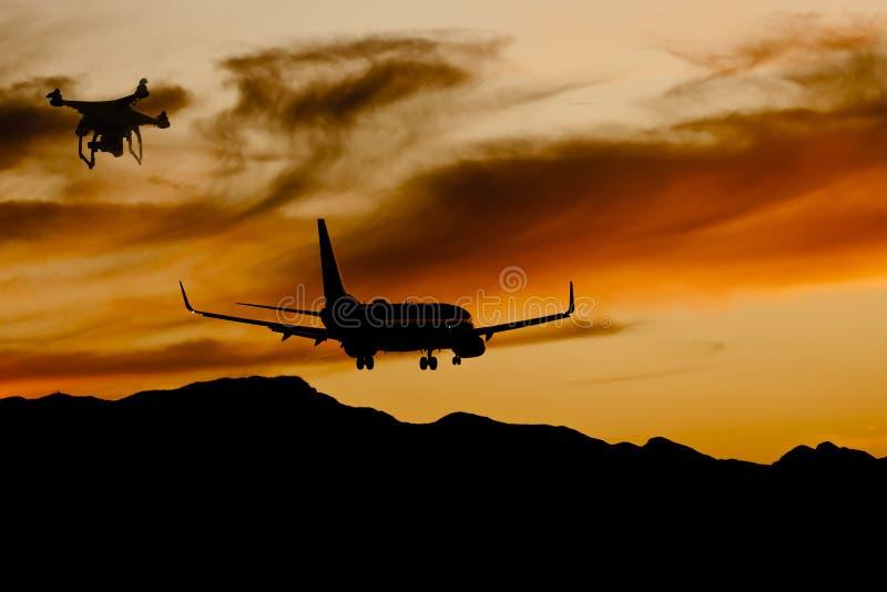 Zangão ilegal perto de uma aterrissagem de aviões no por do sol foto de stock