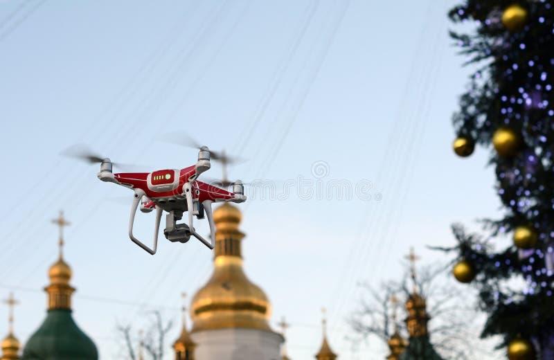 Zangão no fundo da árvore de Natal Quadcopter dispara no vídeo do ` s do ano novo imagens de stock