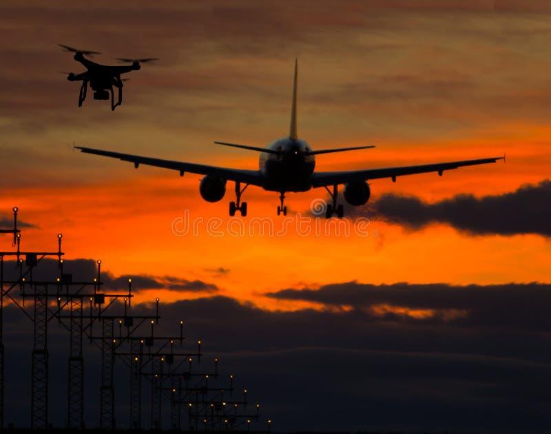Zangão que voa perto do avião comercial imagem de stock royalty free