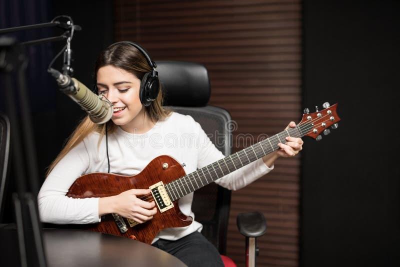 Zanger in een radioshow stock foto