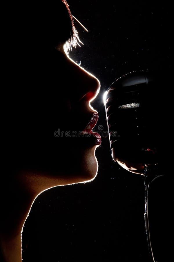 Zanger met microfoon stock afbeelding