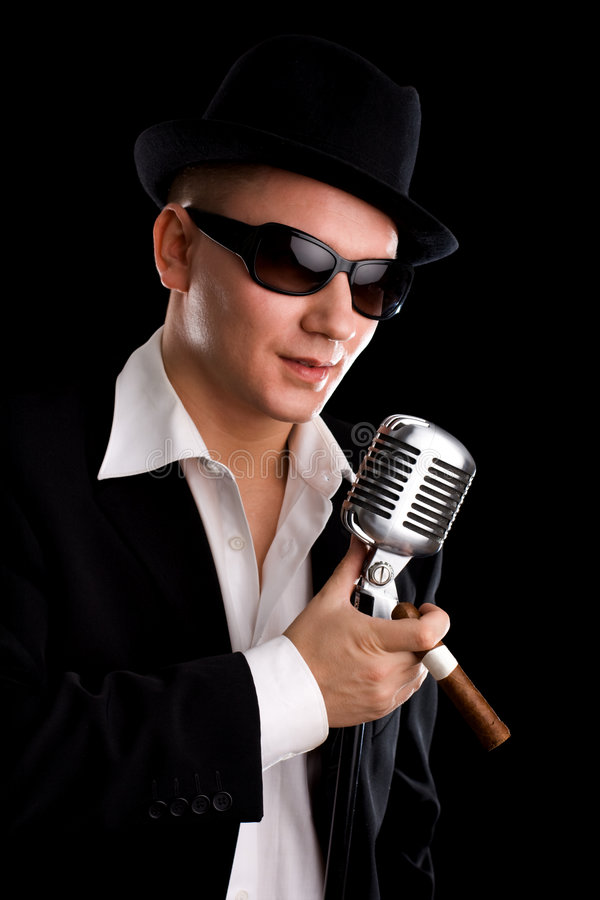Zanger met ouderwetse mic royalty-vrije stock fotografie