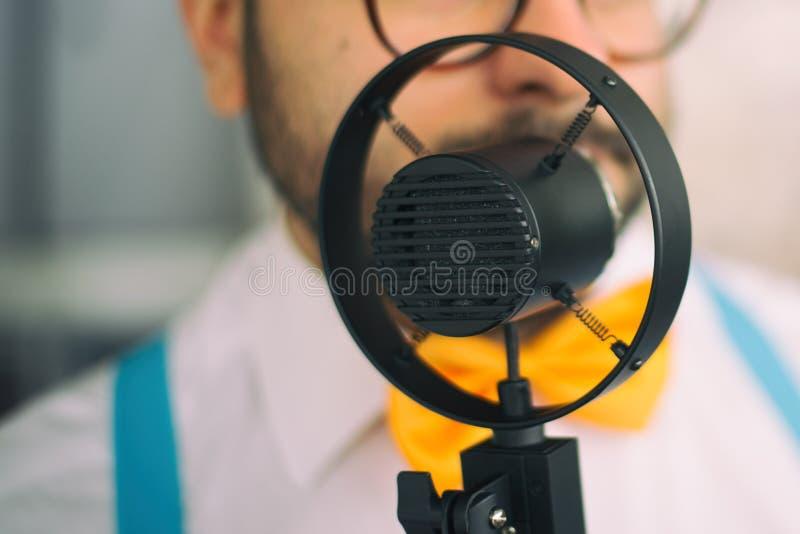 Zanger met uitstekende microfoon royalty-vrije stock fotografie