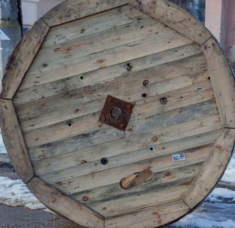 Zaniechana drewniana kablowa rolka dla miasta obrazy stock