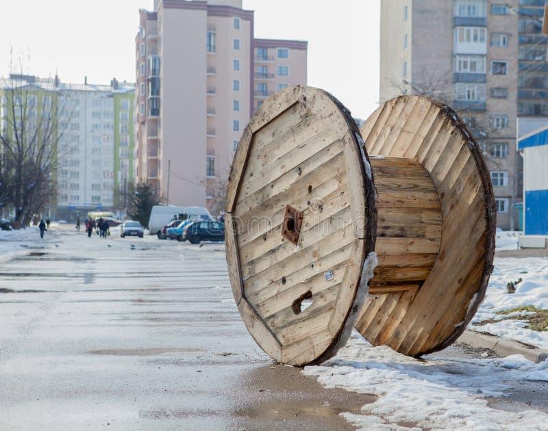 Zaniechana drewniana kablowa rolka dla miasta zdjęcia royalty free