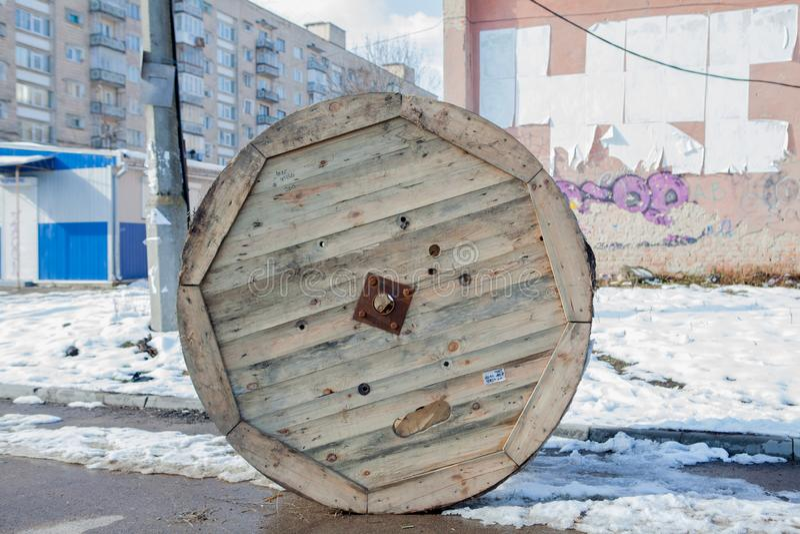 Zaniechana drewniana kablowa rolka dla miasta zdjęcie royalty free