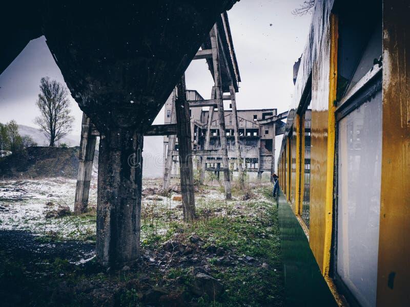 Zaniechana kopalnia w poczta przemysłowym mieście Anina, Rumunia ilustracja wektor