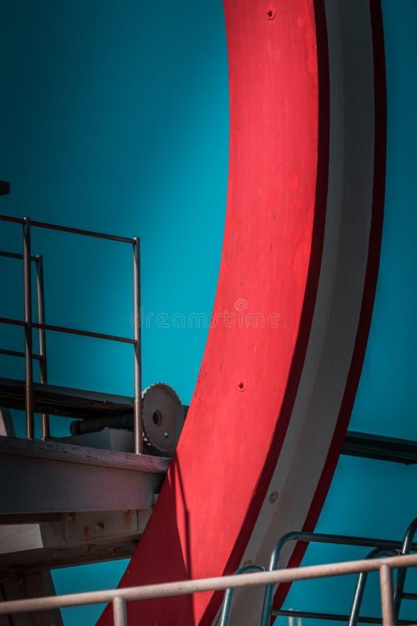 Zaniechana metalu pikowania struktura Ikonowi przemysłowa i sporty czerwieni architektury i bielu stalowi elementy na głębokim bł zdjęcie stock