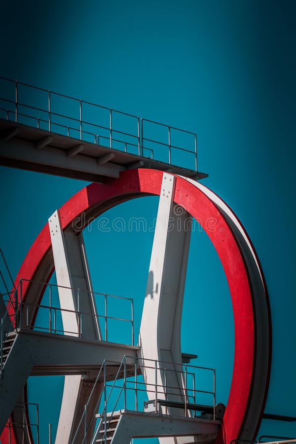 Zaniechana metalu pikowania struktura Ikonowi przemysłowa i sporty czerwieni architektury i bielu stalowi elementy na głębokim bł obraz royalty free