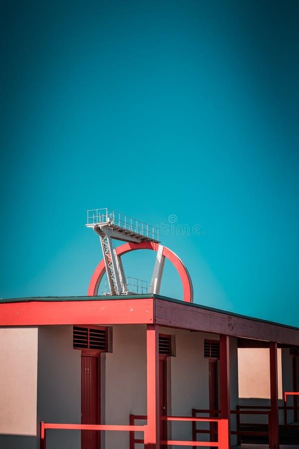 Zaniechana metalu pikowania struktura Ikonowi przemysłowa i sporty czerwieni architektury i bielu stalowi elementy na głębokim bł obrazy royalty free