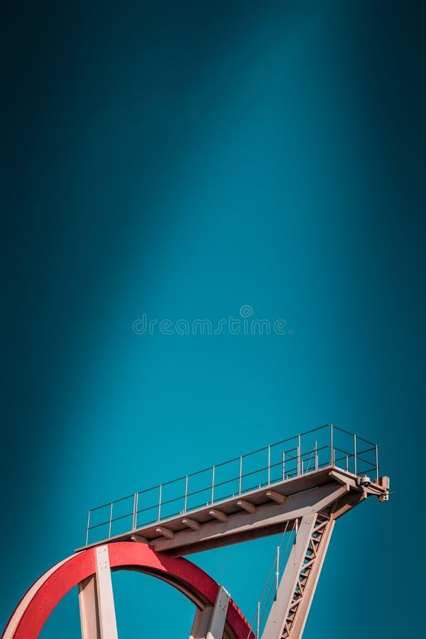 Zaniechana metalu pikowania struktura Ikonowi przemysłowa i sporty czerwieni architektury i bielu stalowi elementy na głębokim bł fotografia royalty free