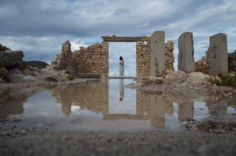 Zaniechana ruina z kobietą w drzwi osaczonym Firopotamos w Mi fotografia royalty free