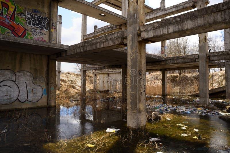 Zaniechana sowieci betonu budowa zalewająca z wodą zdjęcia royalty free