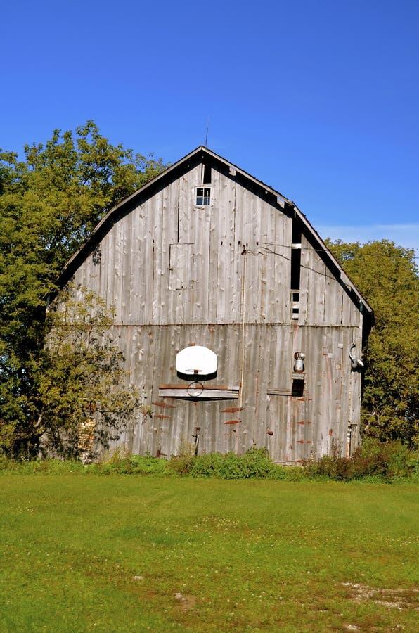 Zaniechana stajnia i plenerowa koszykówka obraz royalty free
