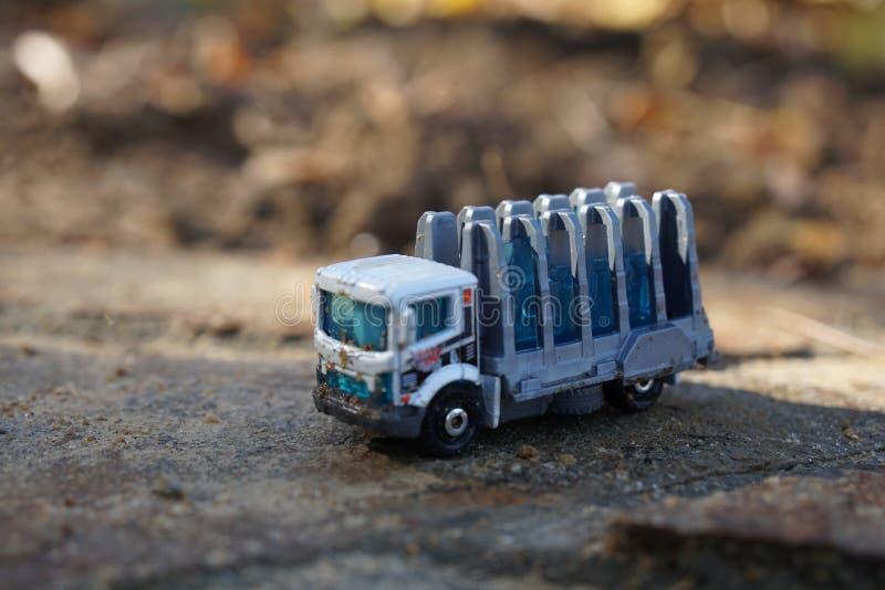 Zaniechana zabawki ciężarówka siedzi na cementowym wypuscie obrazy royalty free