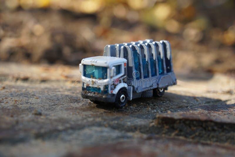 Zaniechana zabawki ciężarówka siedzi na cementowym wypuscie zdjęcie stock