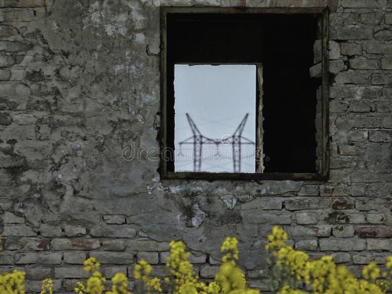 Zaniechane ruiny ceglany dom w rolnej ziemi fotografia stock