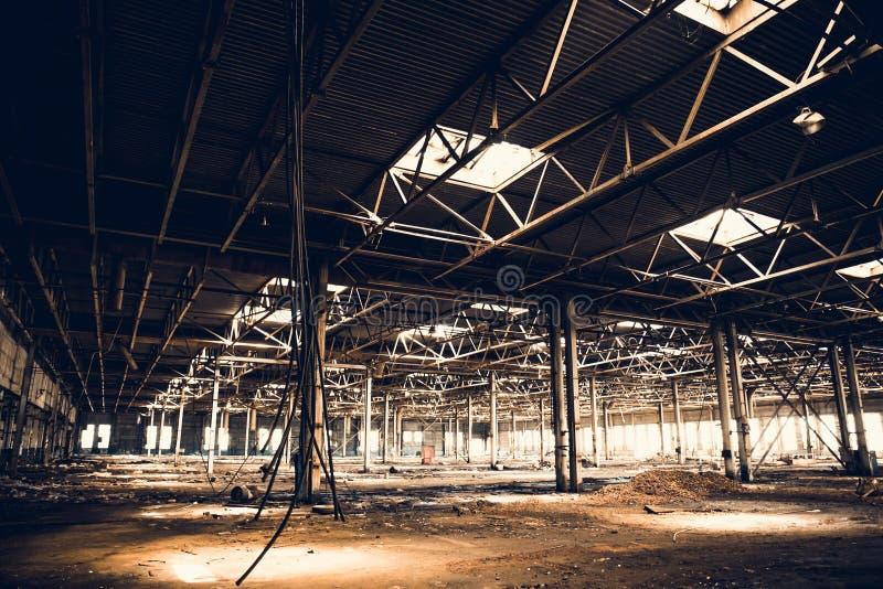 Zaniechane ruiny przemysłowy fabryczny budynek, korytarza widok z, ruiny i rozbiórkowy pojęcie, perspektywą i światłem, obrazy stock