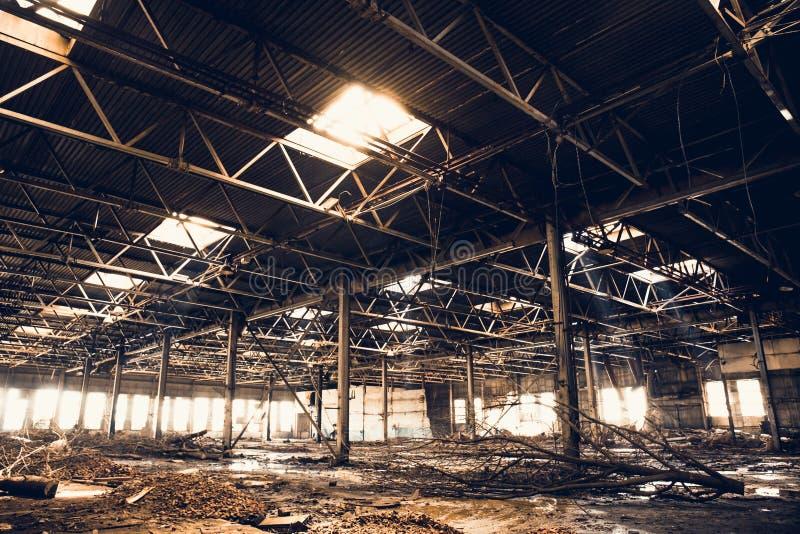 Zaniechane ruiny przemysłowy fabryczny budynek, korytarza widok z, ruiny i rozbiórkowy pojęcie, perspektywą i światłem, fotografia royalty free
