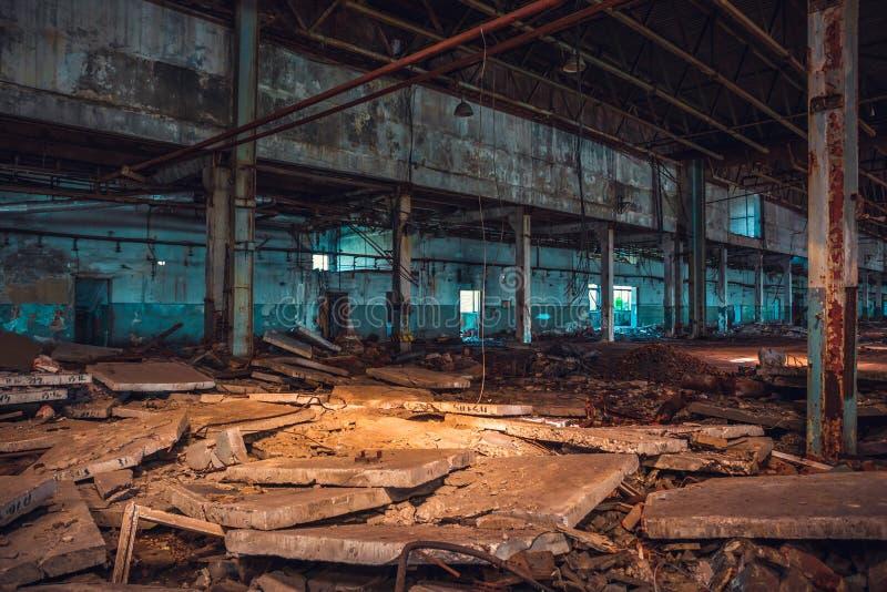 Zaniechane ruiny przemysłowy fabryczny budynek, korytarza widok z, ruiny i rozbiórkowy pojęcie, perspektywą i światłem, zdjęcia royalty free