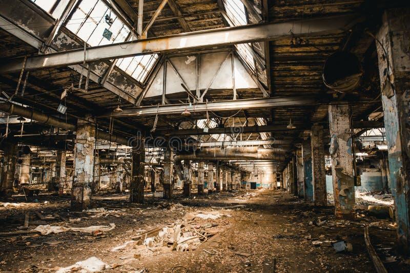 Zaniechane ruiny przemysłowy fabryczny budynek, korytarza widok z, ruiny i rozbiórkowy pojęcie, perspektywą i światłem, zdjęcia stock