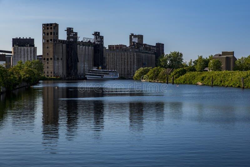 Zaniechane Zbożowe windy i rzeka - bizon, Nowy Jork zdjęcia royalty free