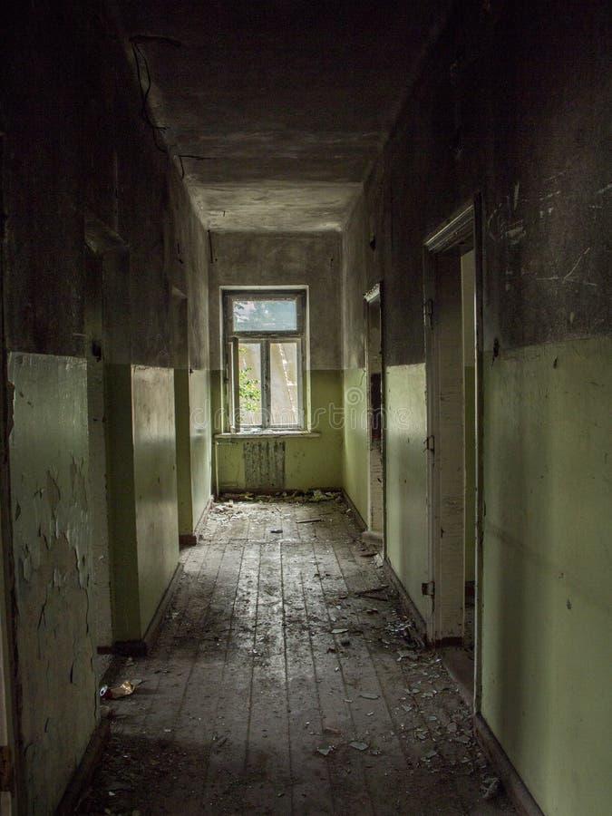 Zaniechanego budynku pusty coridor inside obraz royalty free