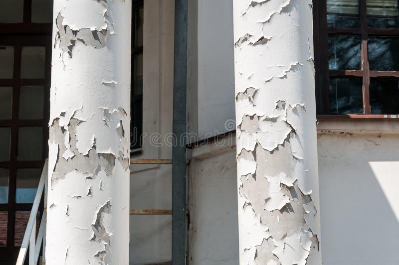 Zaniechani domu betonu przewożenia słupy lub podporowi filary z tynkiem i moździerzem z farbą uszkadzającymi i strugającymi zdjęcia stock