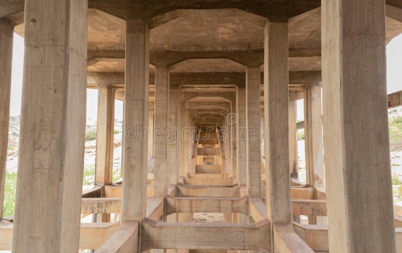 Zaniechani i disused mosty blisko Hampi, India obrazy stock