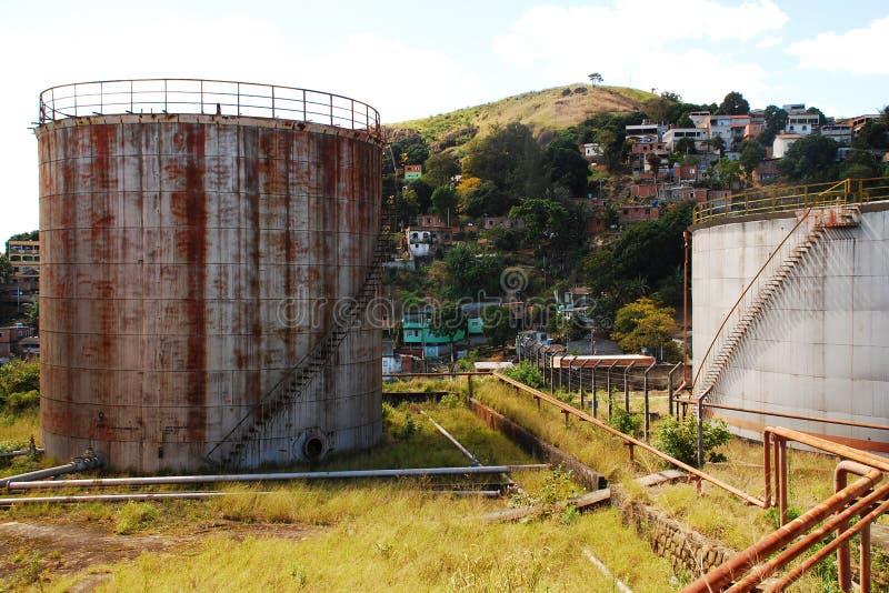 Zaniechani Nafciani zbiorniki blisko Residencial Neibourhood w Vitoria, Brazil_07 zdjęcie royalty free