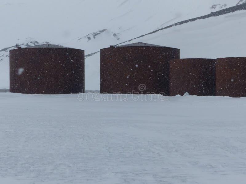 Zaniechani Wielorybiego oleju składowi zbiorniki ximpx w Antarctica fotografia stock