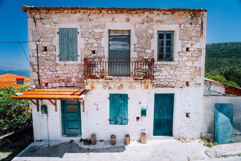 Zaniechany Śródziemnomorski dom na wierzchołku zielony wzgórze po środku Greckiej wyspy fotografia royalty free