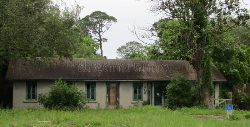 Zaniechany budynek biurowy w szorstkim kształcie obraz stock