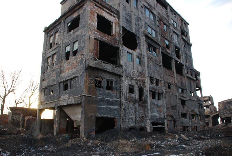 zaniechany budynek niszczył domowe fabryk ruiny obraz stock
