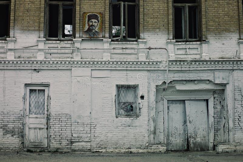 Zaniechany budynek w antycznym mieście głęboko w pustyni ex sowieci - zrzeszeniowy stan zdjęcia royalty free