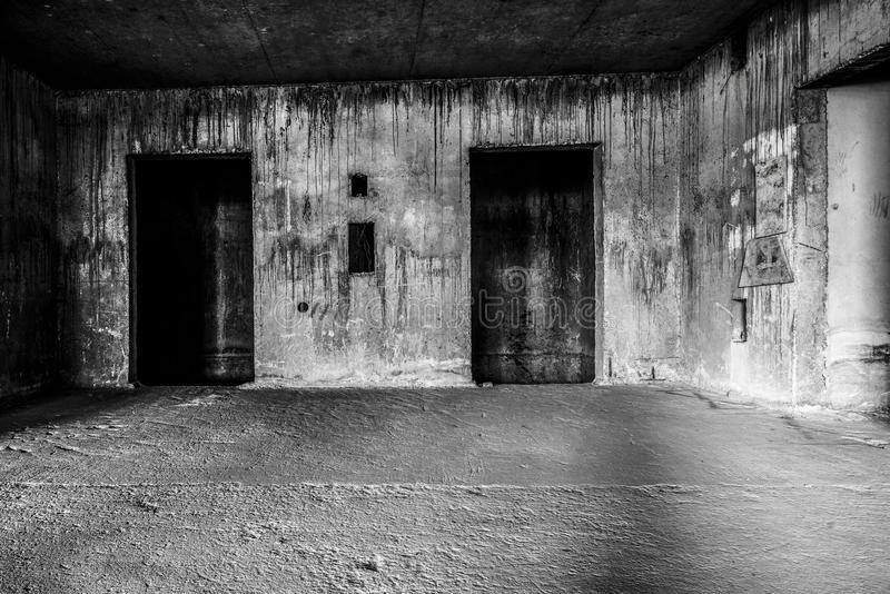 Zaniechany budynku ducha utrzymania miejsce z dwa drzwiami zdjęcia stock