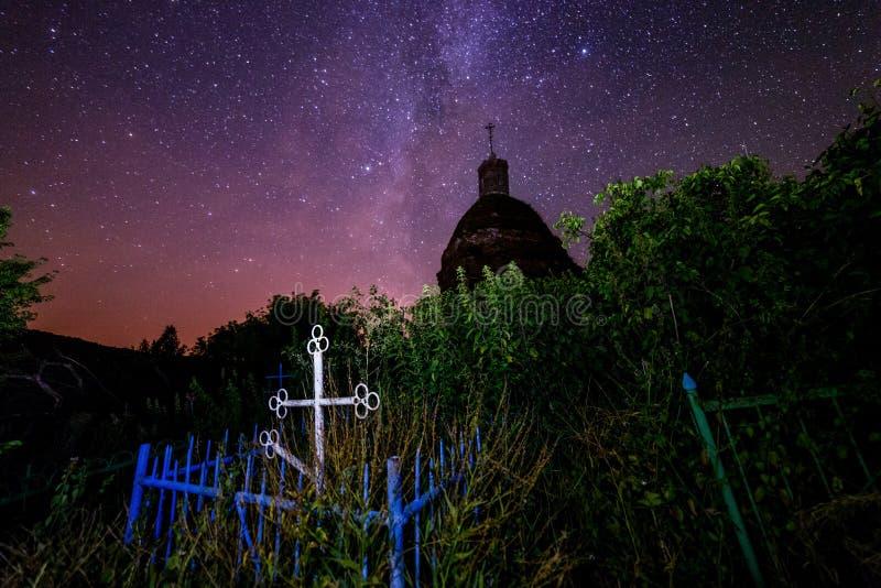 Zaniechany chrześcijański grób pod ruinami kościół przy gwiaździstą nocą z widocznym drogi mlecznej galaxy fotografia stock