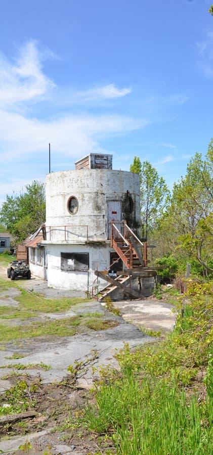 Zaniechany cylindryczny budynek bez trespassing znaków obrazy royalty free