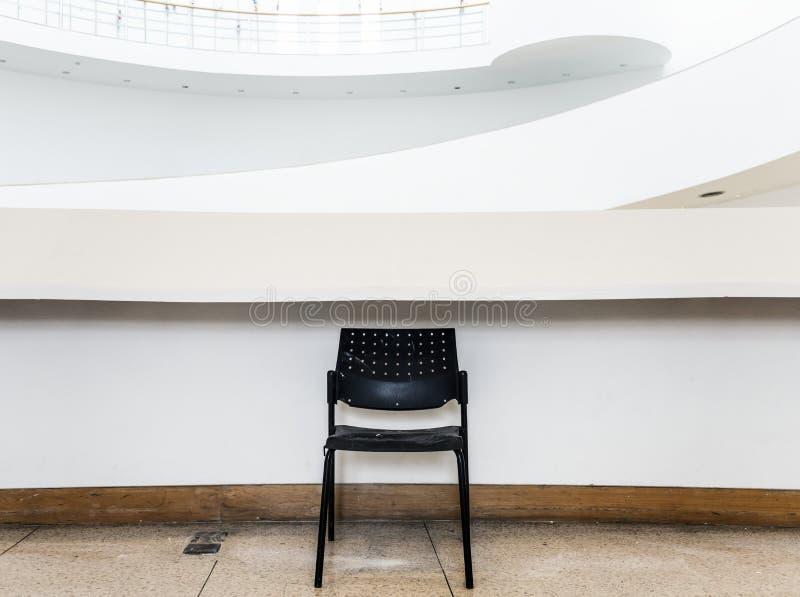 Zaniechany czarny krzesło w budynku obrazy royalty free