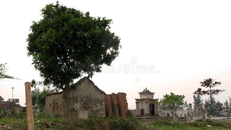 Zaniechany dom na cmentarzu zdjęcia royalty free