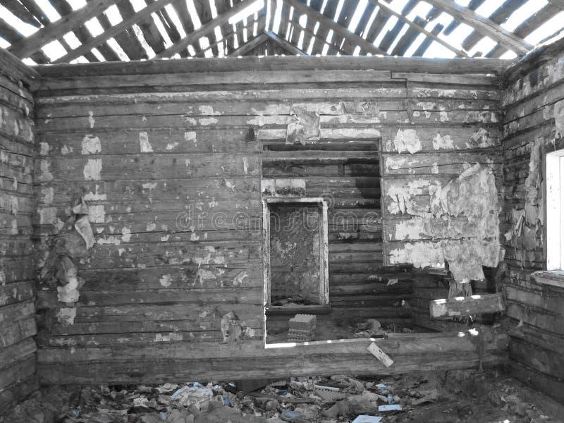 Zaniechany dom po środku Rosja, ROSJA - obrazy stock