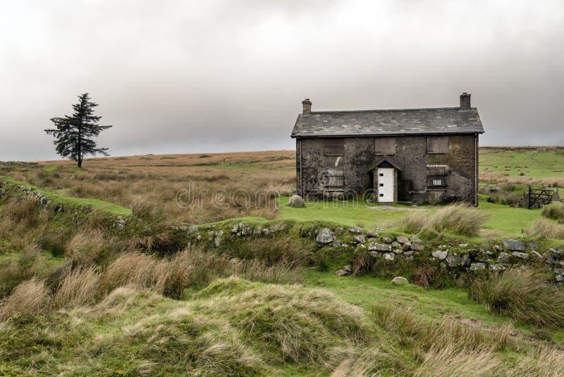 Zaniechany dom wiejski Na Burzowym dniu w Dartmoor zdjęcia stock