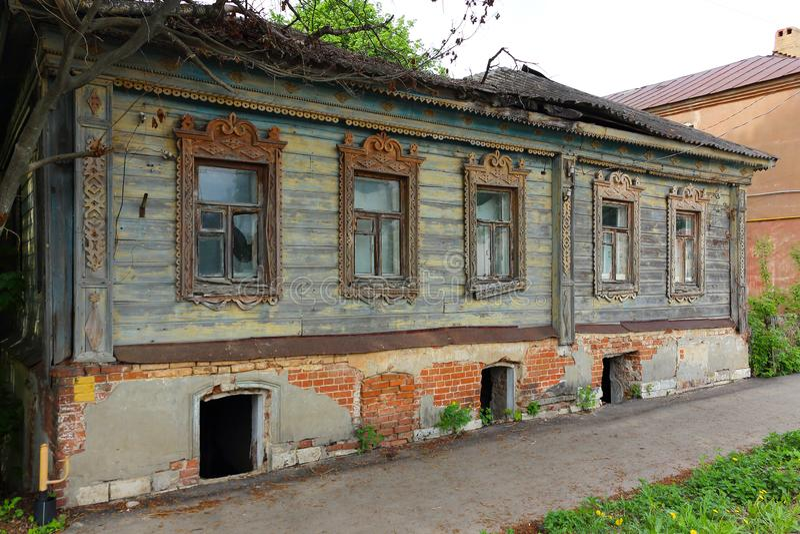Zaniechany dom z starym drewnianym okno fotografia royalty free